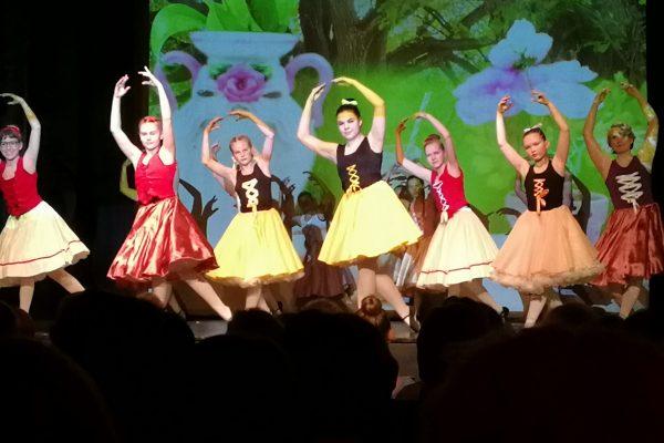 Balettioppilaat tanssivat kevätnäytöksessä.